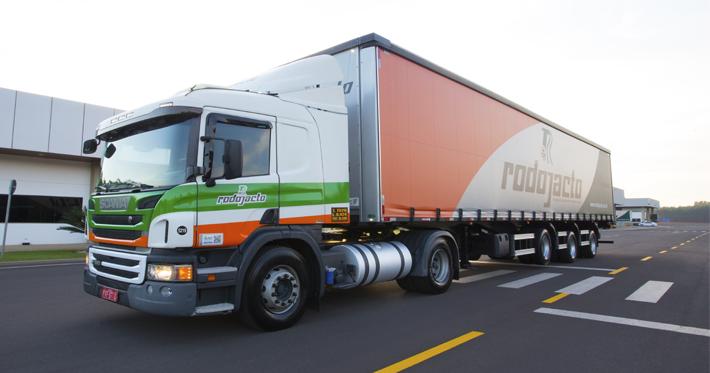 Entenda o que a lei diz sobre proteção lateral para caminhões