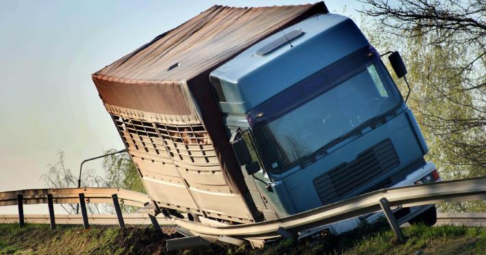 Saiba o que pode ser feito para evitar o tombamento de caminhões