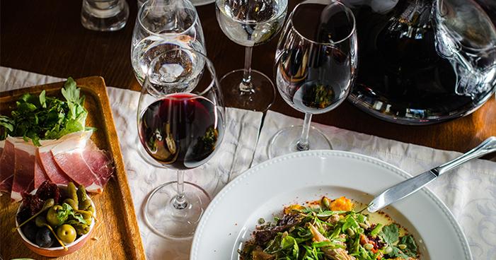Entenda a importância da água ao degustar um vinho