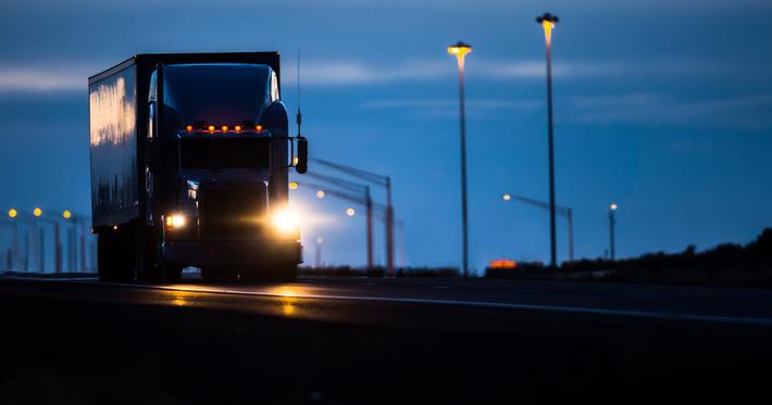 Dirigir à noite: 6 dicas que todo caminhoneiro deve seguir