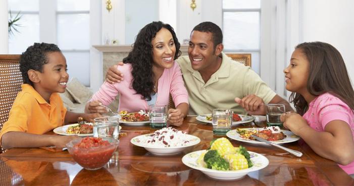 5 benefícios de sentar à mesa e comer com a família